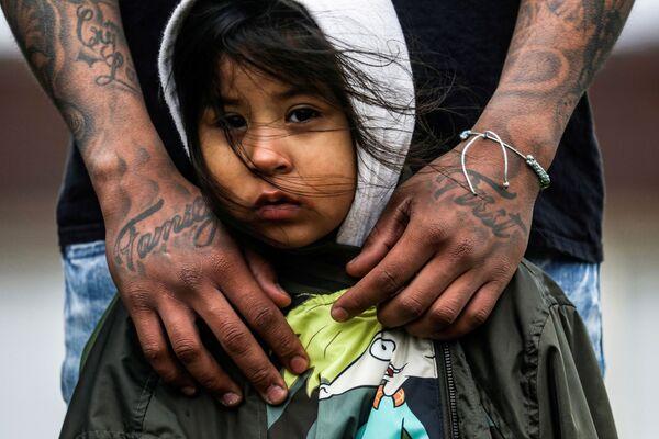 Una niña de tres años participa en las manifestaciones delante de la sede de la Policía de Mineápolis (EEUU), luego del asesinato de Daunte Wright. - Sputnik Mundo