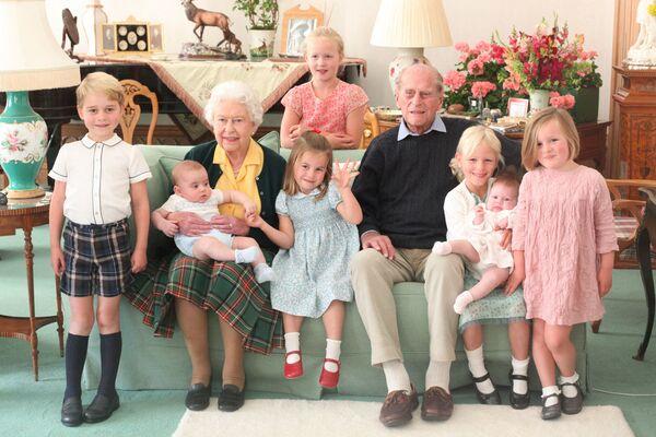 La reina Isabel II, su ahora fallecido esposo el príncipe Felipe y sus bisnietos. - Sputnik Mundo