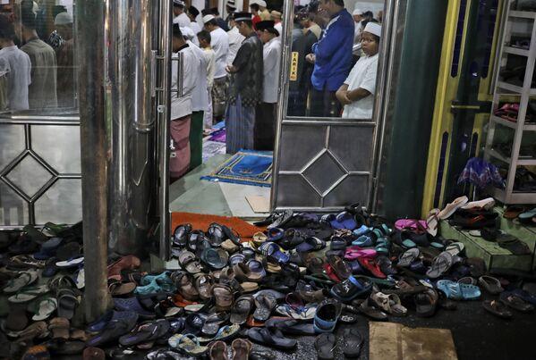 Unos fieles participan en una oración vespertina durante el mes sagrado del Ramadán en una mezquita en Yakarta (Indonesia). - Sputnik Mundo