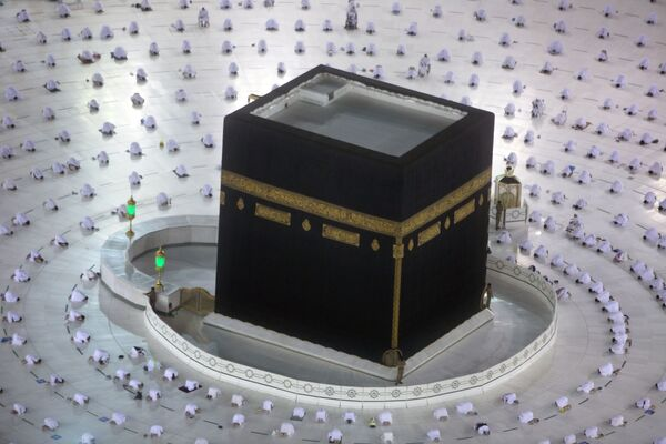 Los creyentes en el primer día de ayuno del Ramadán rezan alrededor de la Kaaba en La Meca (Arabia Saudí). - Sputnik Mundo