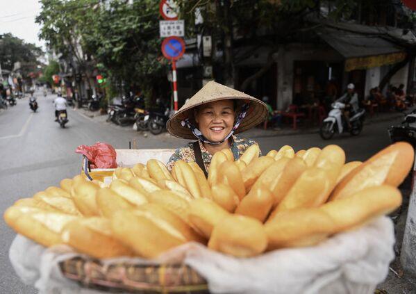 Una vendedora ambulante en una calle de Hanói (Vietnam). - Sputnik Mundo