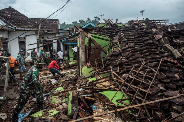 Soldados indonesios y lugareños inspeccionan las casas dañadas por un terremoto en Malang, en la isla de Java. - Sputnik Mundo