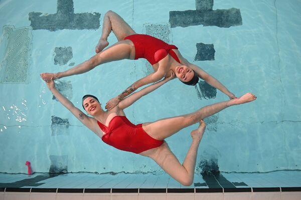 Unas nadadoras sincronizadas británicas durante un entrenamiento, en Londres. - Sputnik Mundo