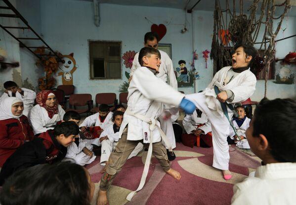 Unos niños practican artes marciales en la aldea siria de al-Jeineh. - Sputnik Mundo