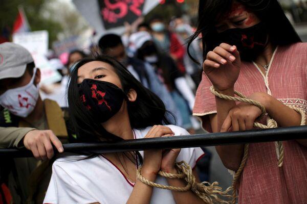 Una protesta contra el golpe militar en Birmania frente a la Embajada del país en Washington (Estados Unidos). - Sputnik Mundo