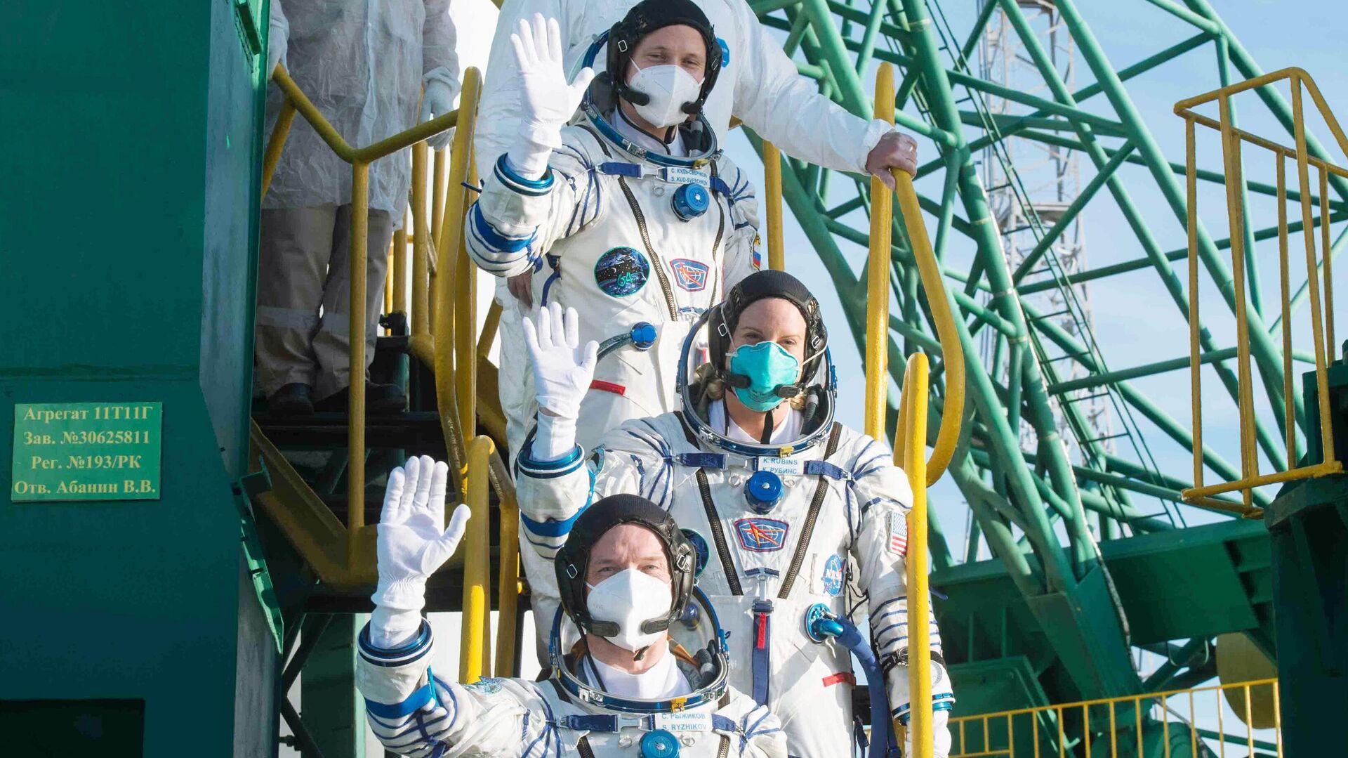 La expedición 64, compuesta por los cosmonautas rusos Serguéi Ryzhikov, Serguéi Kud-Sverchkov y la astronauta Kate Rubins - Sputnik Mundo, 1920, 16.04.2021