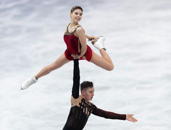 Anastasía Míshina y Alexandr Galliámov de Rusia actúan durante el programa de pareja libre el 17 de abril. - Sputnik Mundo