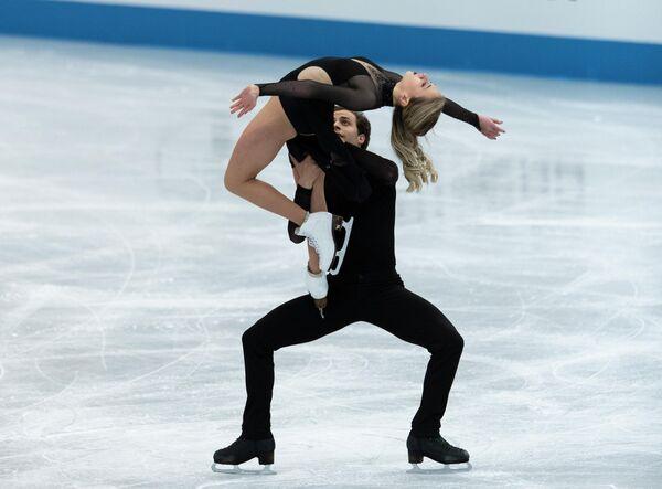 Los patinadores franceses Adelina Galiávieva y Louis Thauron en su número de  danza sobre hielo el segundo día del torneo. - Sputnik Mundo