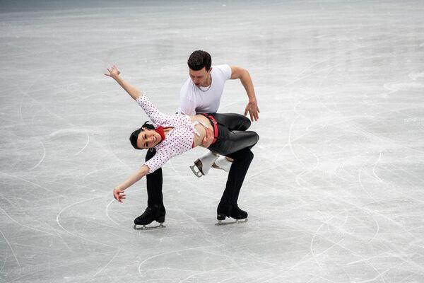 Los italianos Charlene Guignard y Marco Fabbri durante su actuación de danza sobre hielo el 15 de abril. - Sputnik Mundo