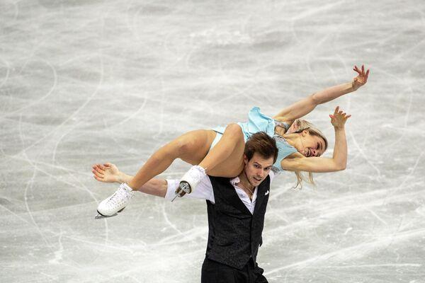 La pareja rusa Viktoria Sinítsina y Nikita Katsalápov presentan su número de danza sobre hielo durante el primer día del Trofeo Mundial. - Sputnik Mundo