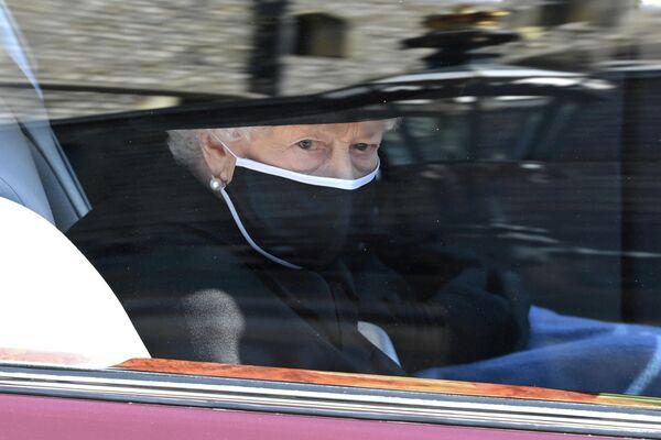 La reina cerró el desfile en una limusina estatal Bentley. - Sputnik Mundo