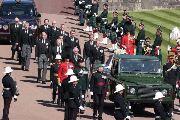 El féretro fue transportado hasta la capilla sobre una furgoneta Land Rover, de color verde militar y distintivas modificaciones que diseñó el propio Felipe.En la foto: el cortejo fúnebre del príncipe Felipe. - Sputnik Mundo