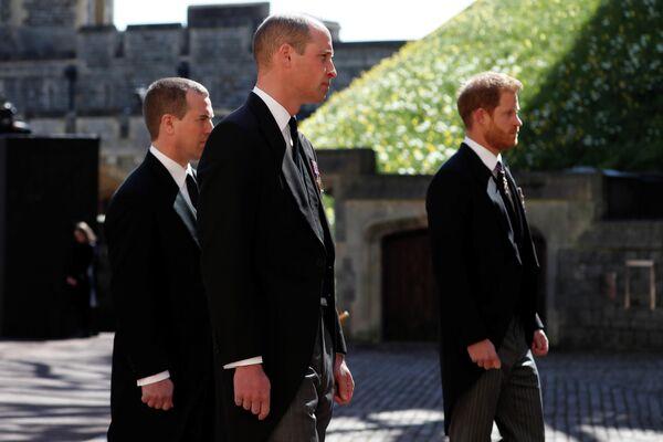 El funeral marcó la primera reunión en público del núcleo central de la familia Windsor desde la explosiva entrevista de los duques de Sussex –Harry y Meghan– con Oprah Winfrey.En la foto: el príncipe William, el príncipe Harry y Peter Phillips, hijo de la princesa Ana. - Sputnik Mundo