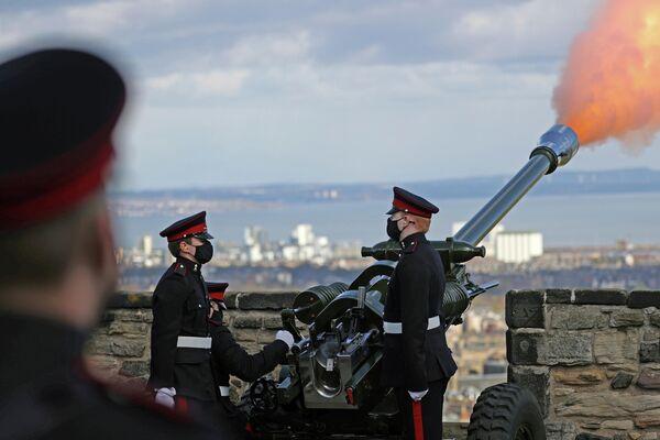 Una serie de cañonazos, que se lanzaron desde la torre de Londres, el castillo de Edimburgo y otros enclaves del Reino Unido, rompió el minuto de silencio nacional en memoria del príncipe que se convirtió en el más longevo consorte de la historia de la monarquía británica.En la foto: salva de cañón real en Edimburgo. - Sputnik Mundo