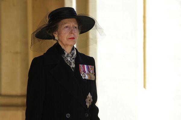 El duque de Edimburgo es enterrado en una ceremonia privada en la bóveda real de la capilla de San Jorge. Cuando la reina fallezca, Felipe será trasladado a la capilla conmemorativa del Rey Jorge VI de la iglesia gótica para reposar junto a su esposa. Ahí ya se encuentran los restos del padre de la reina, Jorge VI, su madre, la reina madre, y su hermana, la princesa Margarita.En la foto: la princesa Ana, la única hija de la reina Isabel II y el duque de Edimburgo. - Sputnik Mundo