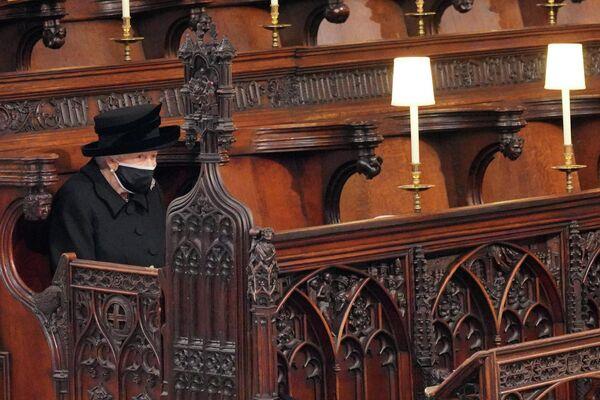 Todos los invitados que no son miembros de la misma casa debían sentarse a unos dos metros de distancia. Por eso, la reina se sentó sola durante el servicio para seguir las restricciones vigentes.En la foto: la reina Isabel II durante el servicio fúnebre de su esposo el duque de Edimburgo. - Sputnik Mundo