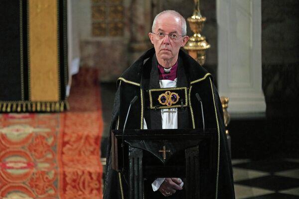 """El servicio fúnebre fue dirigido por el decano de Windsor, y el arzobispo de Canterbury pronunció la bendición. El decano rindió homenaje a la """"bondad, el humor y la humanidad"""" del príncipe Felipe y a las """"muchas maneras en que su larga vida ha sido una bendición para nosotros"""".En la foto: el arzobispo de Canterbury. - Sputnik Mundo"""