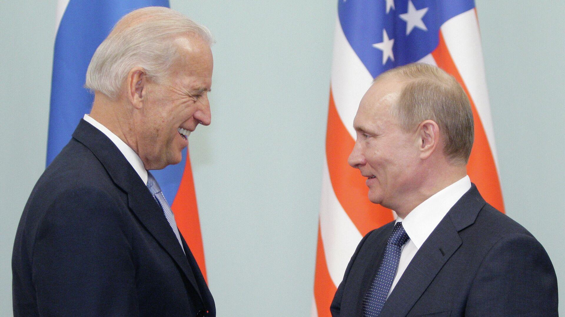 Joe Biden, entonces vicepresidente de EEUU, y Vladímir Putin, entonces primer ministro de Rusia, durante un encuentro el 2011 - Sputnik Mundo, 1920, 18.04.2021