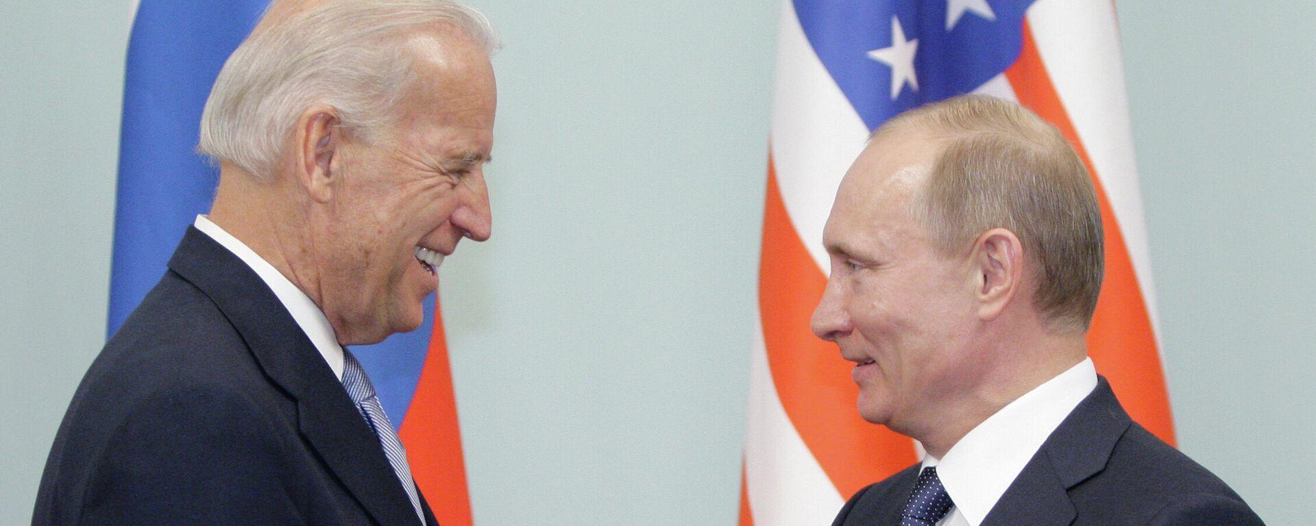 Joe Biden, entonces vicepresidente de EEUU, y Vladímir Putin, entonces primer ministro de Rusia, durante un encuentro el 2011 - Sputnik Mundo, 1920, 15.06.2021