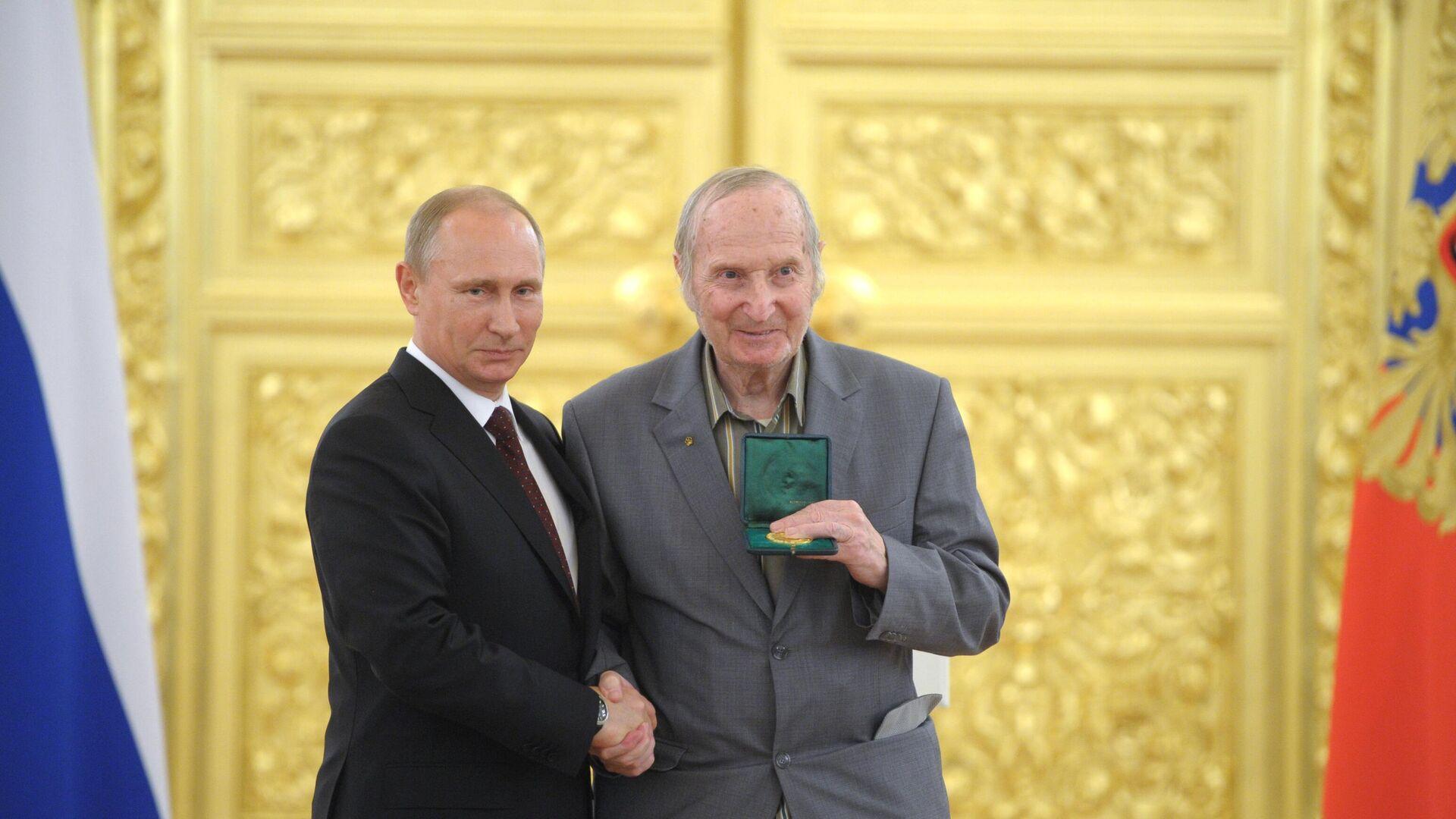 Víctor Shuválov, integrante de la primera selección soviética de hockey con Vladímir Putin, el presidente ruso - Sputnik Mundo, 1920, 19.04.2021