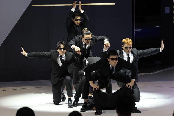 Unos artistas actúan durante la inauguración del XIX Salón Internacional del Automóvil de Shanghái. - Sputnik Mundo