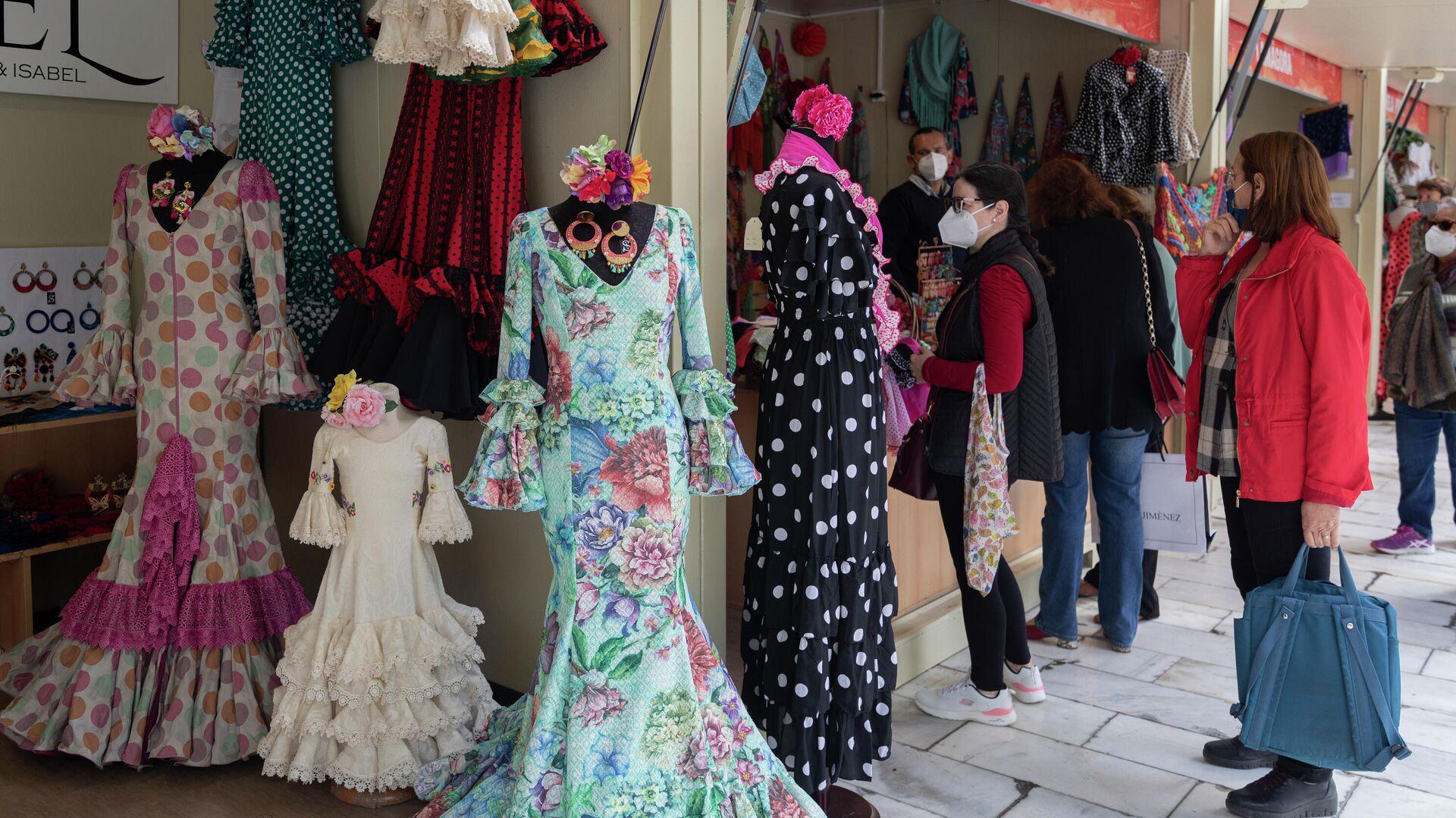 Trajes de flamenca en el mercado de moda flamenca de la Feria de Abril (Sevilla) - Sputnik Mundo, 1920, 19.04.2021