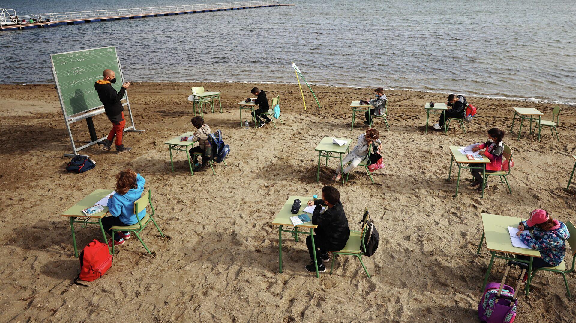 Un profesor imparte una clase a alumnos en la Playa de los Nietos, Murcia. - Sputnik Mundo, 1920, 19.04.2021