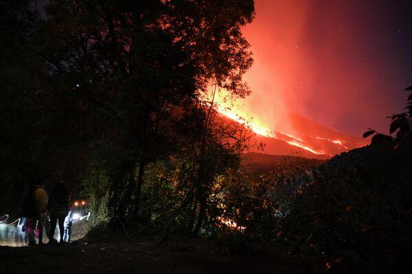La lava del volcán Pacaya avanza cerca de la población El Patrocinio, marzo de 2021 - Sputnik Mundo