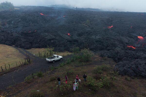 Lugareños observan la lava del volcán Pacaya, abril de 2021 - Sputnik Mundo