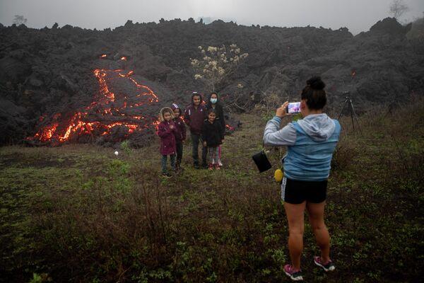 Niños y niñas posan para una foto al pie del volcán Pacaya, abril de 2021   - Sputnik Mundo