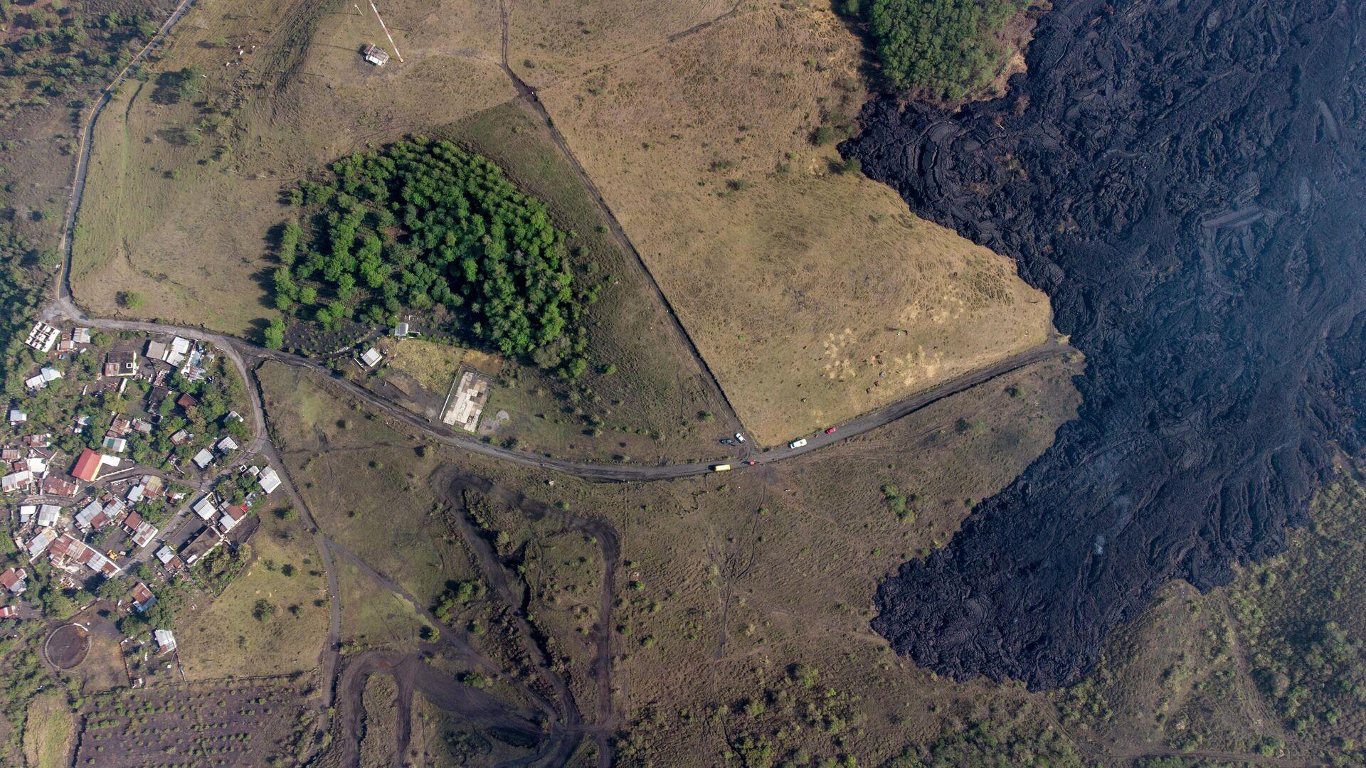 Lava del volcán Pacaya cerca del pueblo El Patrocinio, en Guatemala, abril 2021 - Sputnik Mundo, 1920, 19.04.2021