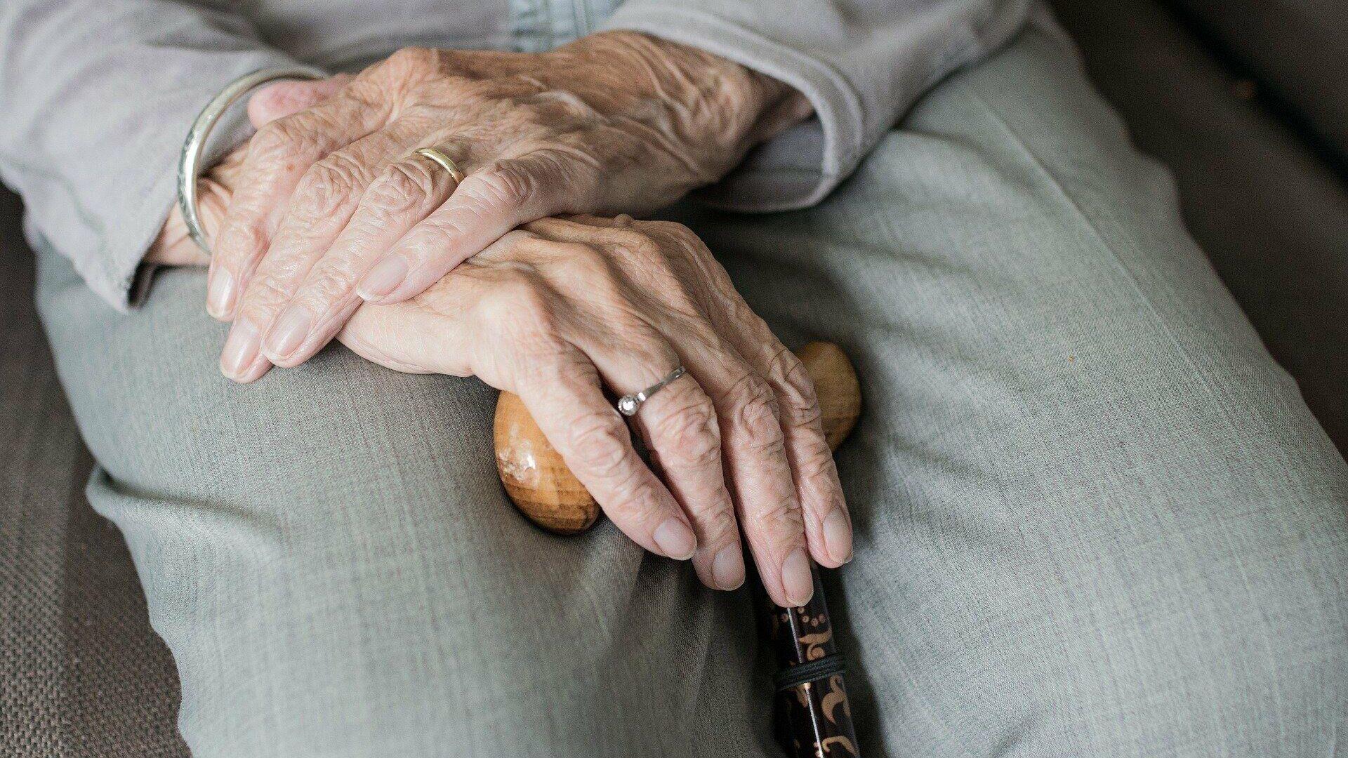 Imagen referencial de las manos de un anciano - Sputnik Mundo, 1920, 27.07.2021