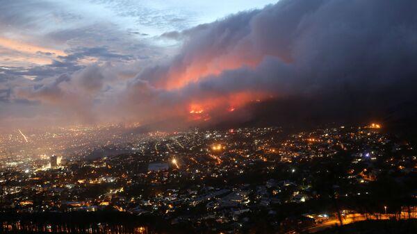 Вид сверху на пожар на склонах горы Столовая в Кейптауне, ЮАР - Sputnik Mundo