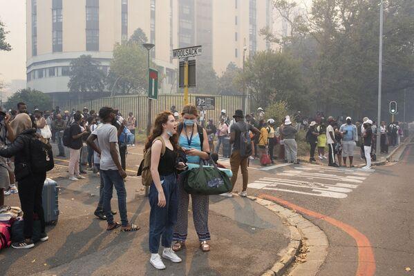 La evacuación de estudiantes de la Universidad de Ciudad del Cabo por el incendio forestal en la Montaña de la Mesa. - Sputnik Mundo