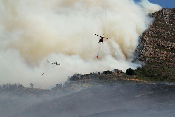 Más de 300 bomberos y cuatro helicópteros fueron enviados al lugar del desastre. - Sputnik Mundo