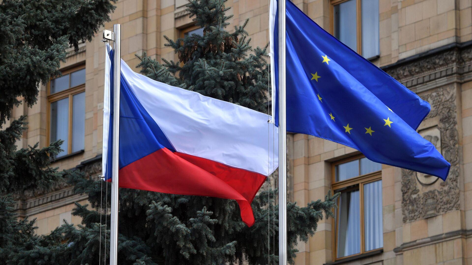 La bandera de la República Checa y la UE en el territorio de la Embajada de Chequia en Moscú - Sputnik Mundo, 1920, 20.04.2021
