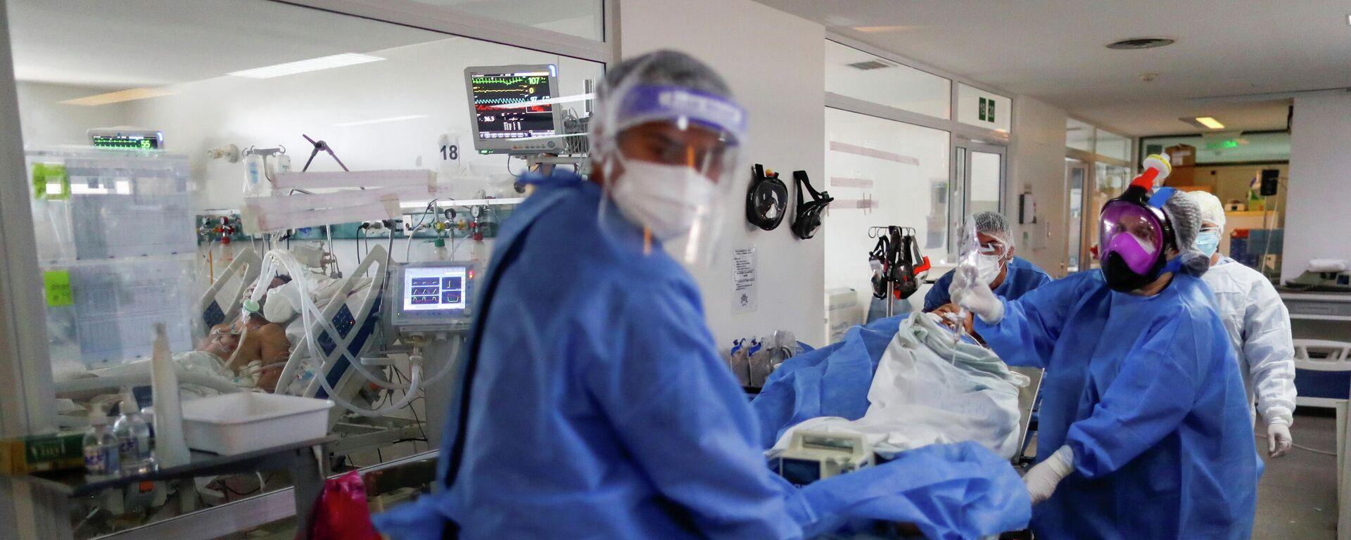 Personal sanitario traslada a un paciente de COVID-19 en un hospital de Buenos Aires - Sputnik Mundo, 1920, 20.04.2021