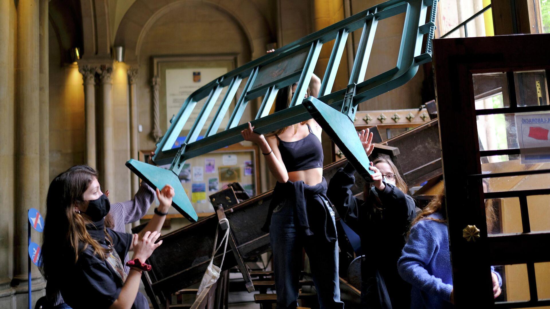 Unos estudiantes protestan en la Universidad de Barcelona por la crisis educativa, el 20 de abril de 2021 - Sputnik Mundo, 1920, 21.04.2021