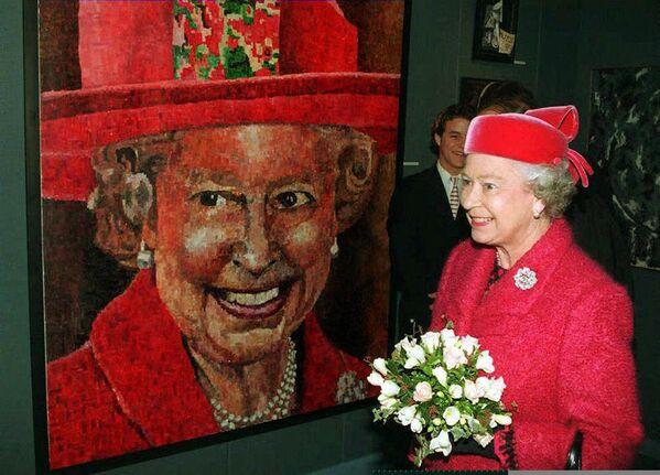 Isabel II delante de su retrato, obra del artista británico Peter Hawkins, antes de la ceremonia de inauguración del nuevo edificio del prestigioso colegio privado para chicos Radley College, en la ciudad británica de Abingdon. - Sputnik Mundo