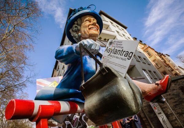 Una muñeca de Isabel II en la feria callejera de Maguncia, en Alemania. - Sputnik Mundo