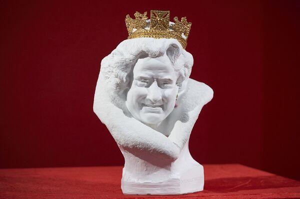 Un busto de porcelana de la reina, obra del escultor chino Chen Dapeng, en una feria de arte y antigüedades de Londres. - Sputnik Mundo