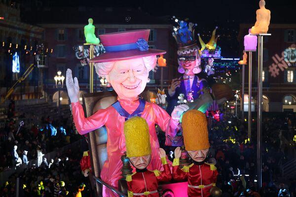 Una figura que representa a la monarca en el carnaval de Niza, en Francia. - Sputnik Mundo