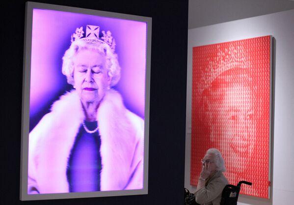 El holograma 'Levedad del ser', de Chris Levine, y la pintura 'Isabel II vs Diana', de Kim Dong Yoo, en la exposición 'La reina: arte e imagen' en el museo del Ulster, Belfast, en Irlanda del Norte. - Sputnik Mundo