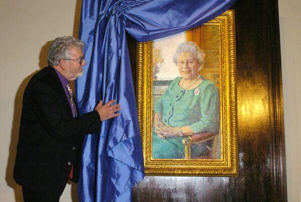 El artista australiano Rolf Harris presenta un retrato de Isabel II en el Palacio de Buckingham, en Londres. - Sputnik Mundo