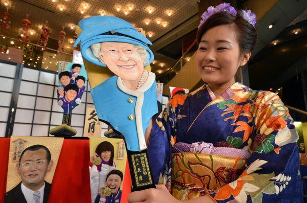 Una raqueta de madera ('hagoita' en japonés) con la imagen de Isabel II en la sala de exposiciones de la empresa Kyugetsu en Tokio, en Japón. - Sputnik Mundo