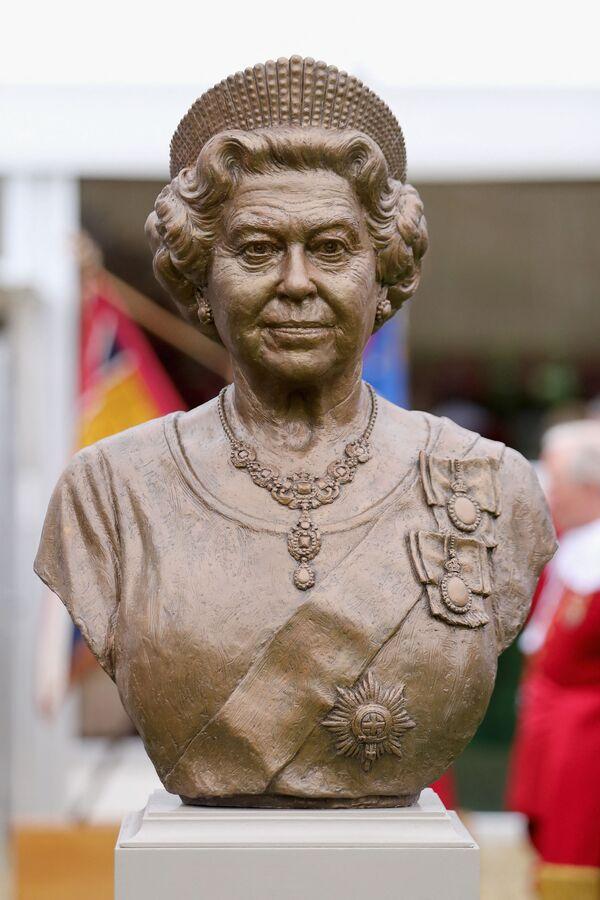 Un busto de bronce de Isabel II en la Honorable Compañía de Artillería de Londres. - Sputnik Mundo