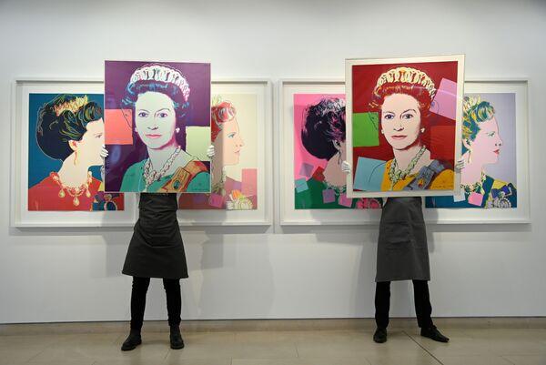 Unos retratos de la reina Isabel II de Andy Warhol en la subasta de Christie's en Londres. - Sputnik Mundo