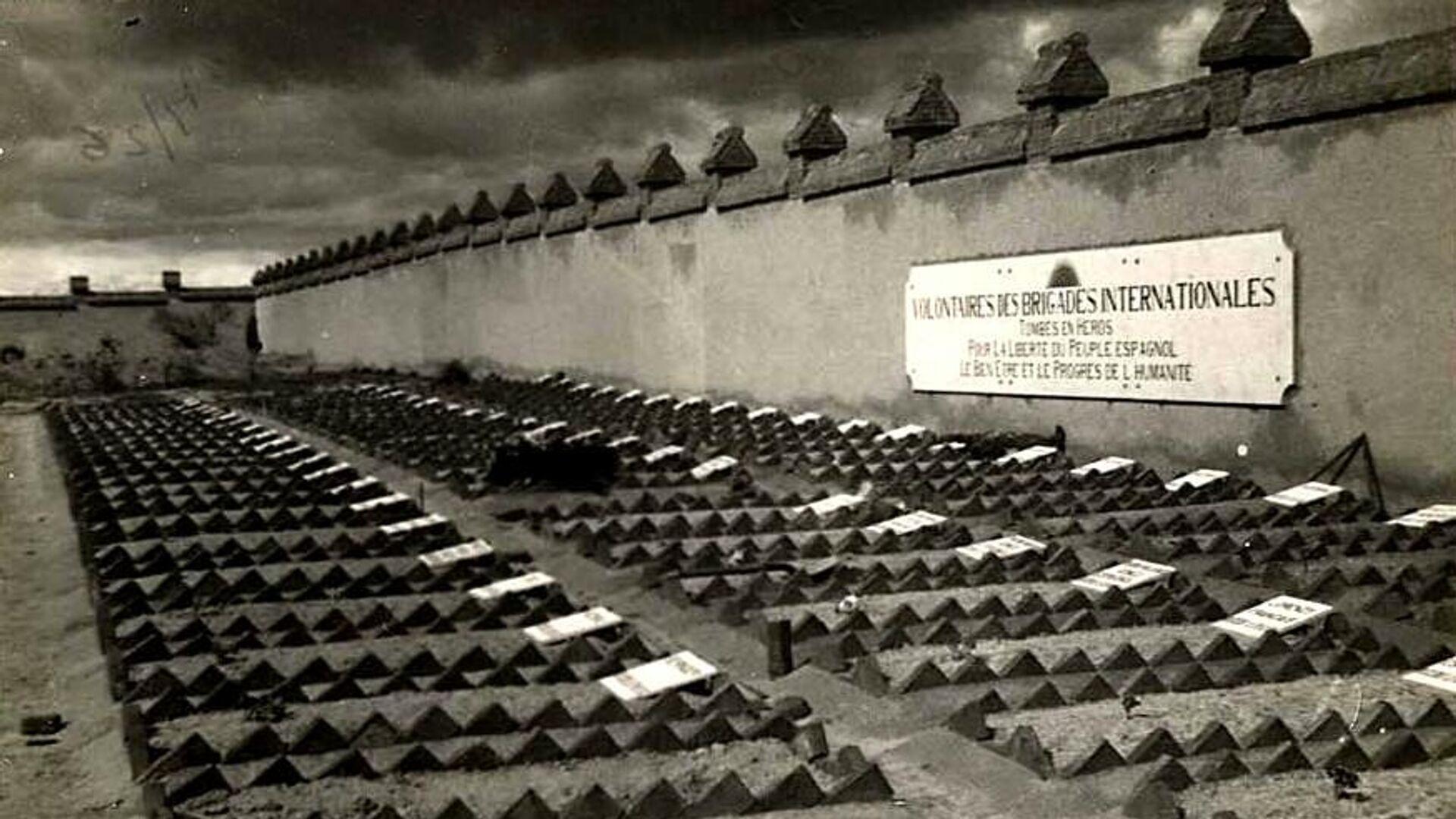 Tumbas de brigadistas internacionales en el cementerio de Fuencarral de Madrid - Sputnik Mundo, 1920, 24.04.2021