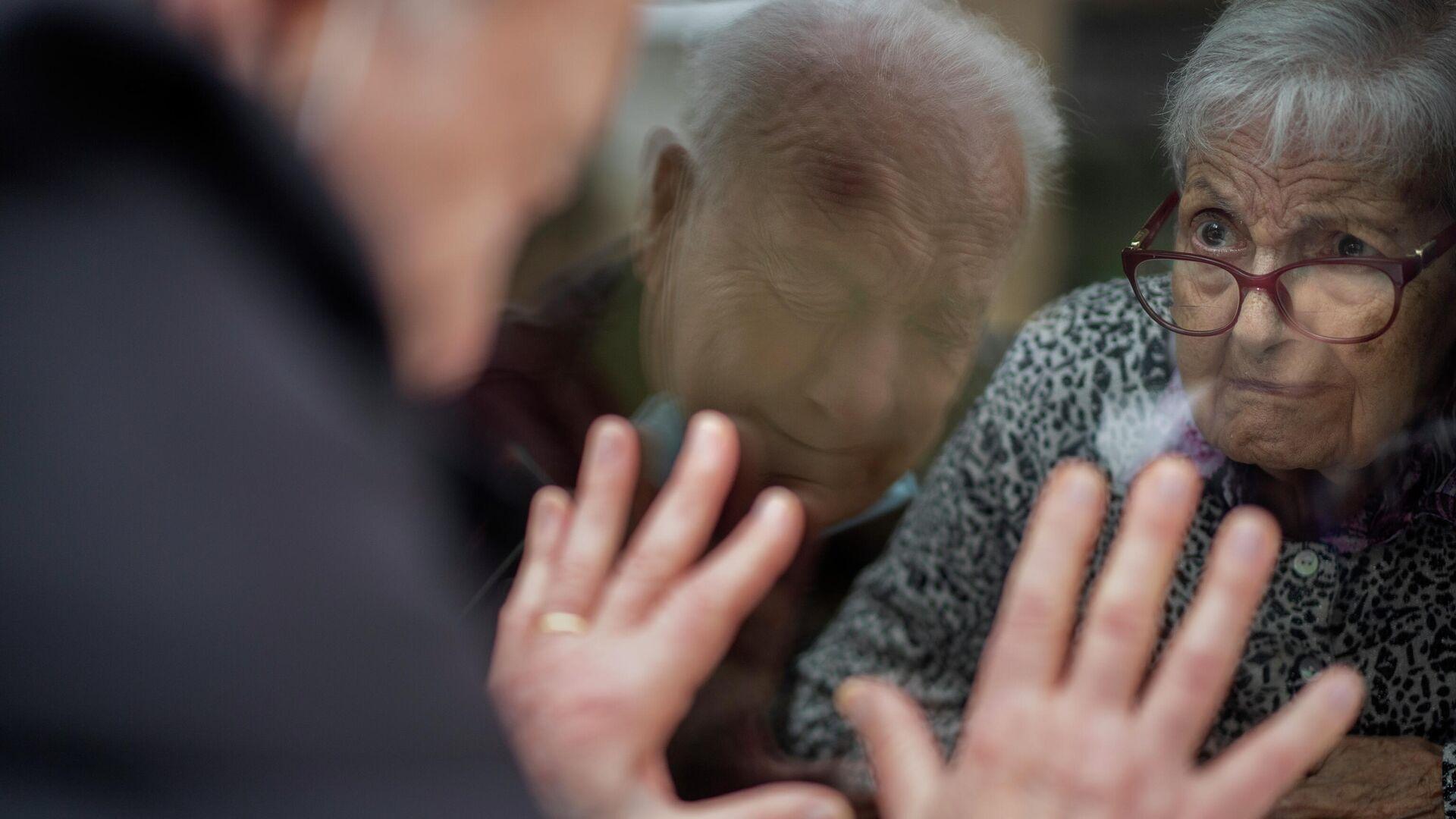 Xavier saluda, desde una ventana, a su esposa que está internada en una residencia de ancianos - Sputnik Mundo, 1920, 22.04.2021