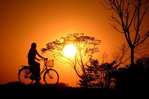 Puesta de sol en el pueblo de Joypur, Tripura, India. - Sputnik Mundo